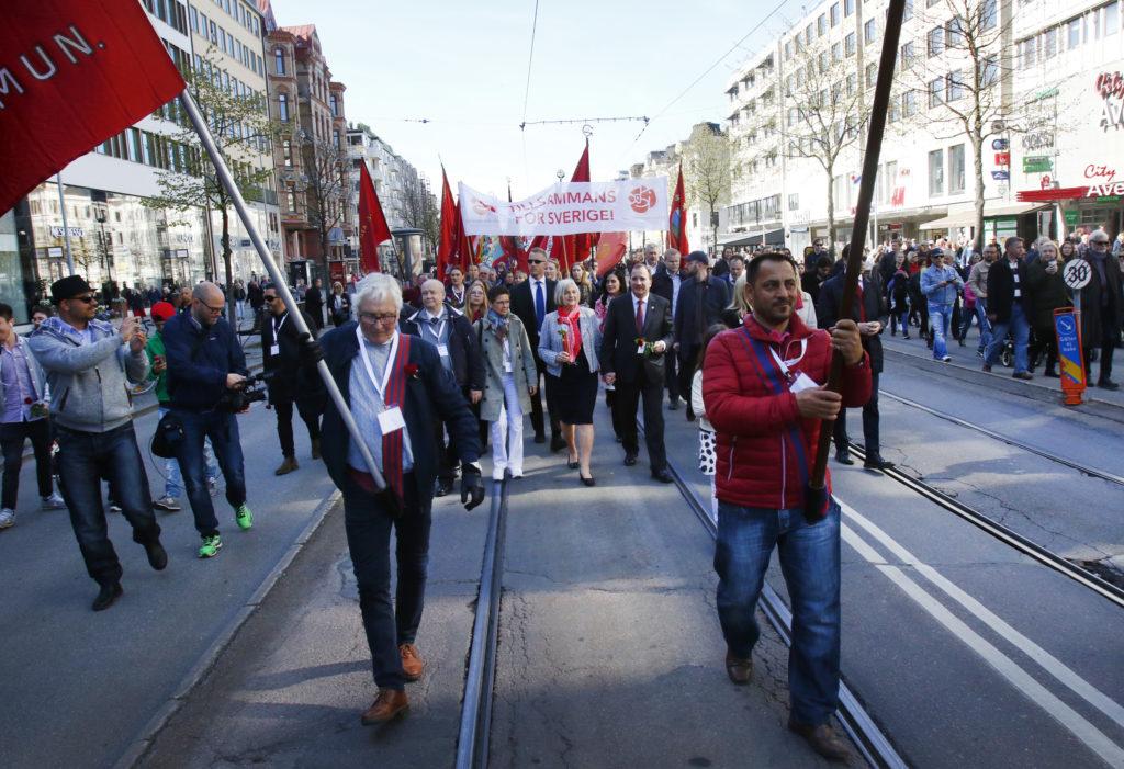 Människor demonstrerar på Göteborgs gator under första maj.