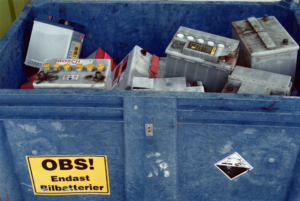 Tjuvar stal 15 ton frätande batterier