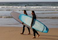 Ivriga surfare åter i vattnet vid Bondi Beach
